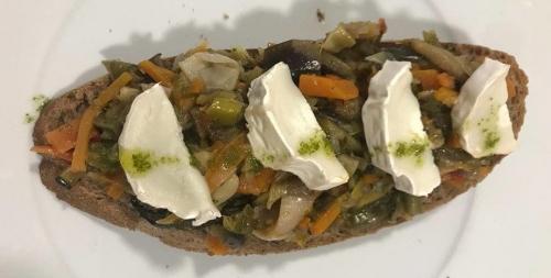 tosta vegetal con queso de cabra menu mazaroca